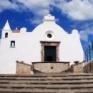 facciata_della_chiesa_del_soccorso_a_foro_ubicata_su_un_costone_a_strapiombo_sul_mare.jpeg